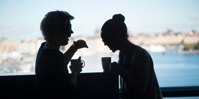 Två kvinnor skrattar på jobbet. FREDRIK SANDBERG / TT / TT NYHETSBYRÅN