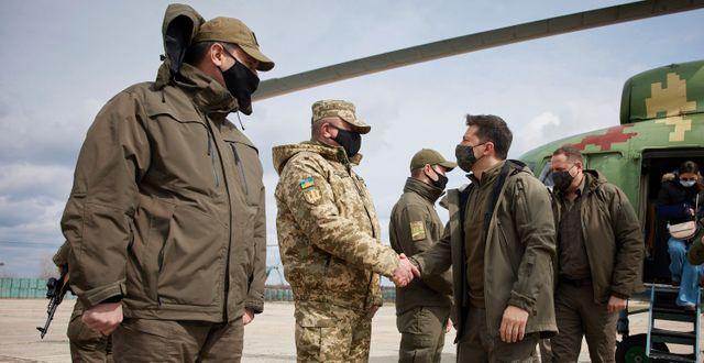 Ukrainas president skakar hand med soldater under ett besök i Donetsk-regionen.  TT NYHETSBYRÅN