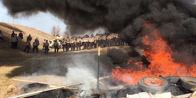 Brinnande däck under protesterna mot oljeledningen. Mike McCleary / TT NYHETSBYRÅN