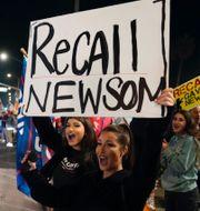 Gavin Newsom/Demonstranter som stöttar förslaget om att avsätta Newsom.  TT