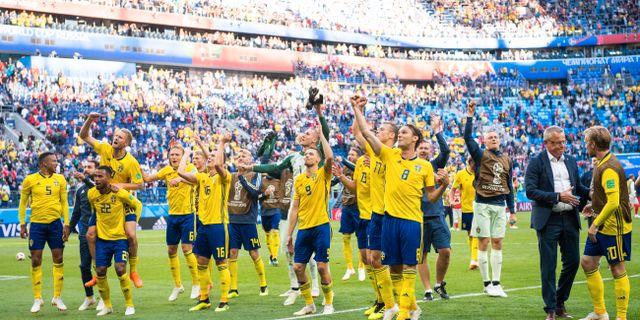 Sverige jublar efter segern mot Schweiz. JOEL MARKLUND / BILDBYR N