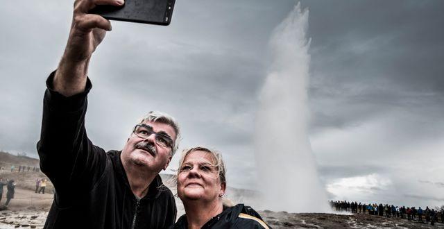 Håkan Juholt, Sveriges ambassadör på Island, tar en selfie med sin fru Åsa vid en geiser. Magnus Hjalmarson Neideman/SvD/TT / TT NYHETSBYRÅN