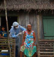 Kvinna vaccineras med Astras vaccin i Brasilien.  Edmar Barros / TT NYHETSBYRÅN