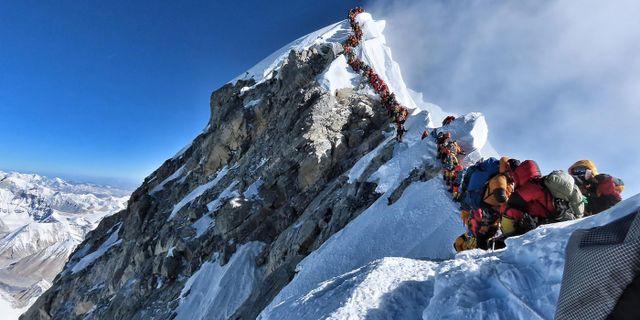 Människor köar på väg upp mot toppen. HANDOUT / Project Possible