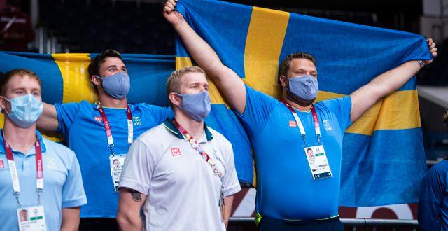 Simon Pettersson och Daniel Ståhl på läktaren under handbollsmatchen. CARL SANDIN / BILDBYRÅN