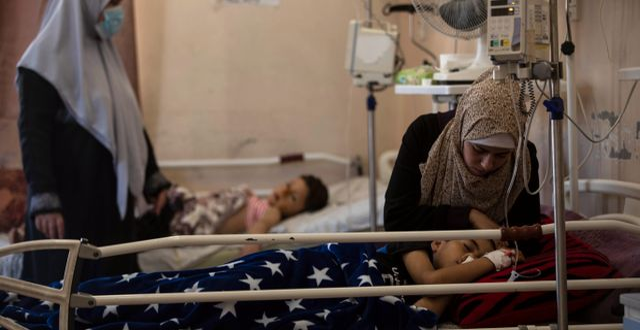 Barn vårdas på Al-Shifa-sjukuset efter att de skadats i en flygräd den 10 maj. Khalil Hamra / TT NYHETSBYRÅN