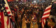 Människor samlas och tänder ljus för att hedra offren i El Paso. MARIO TAMA / GETTY IMAGES NORTH AMERICA