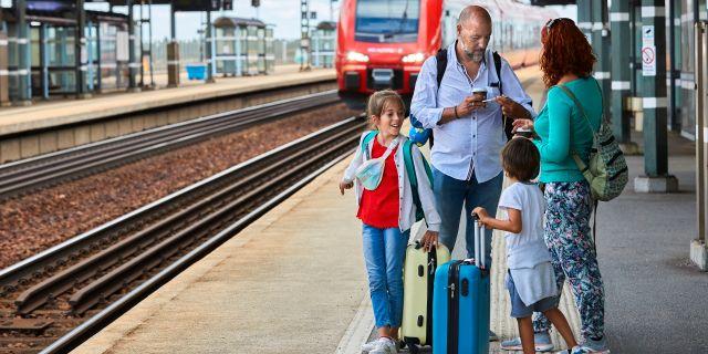 Familjen Bencomo Gomez från Kanarieöarna tar tåget genom Sverige. Fredrik Persson / TT / TT NYHETSBYRÅN