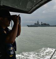 Malaysiska flottan söker efter de försvunna besättningen. MOHD RASFAN / AFP