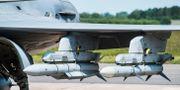 Arkivbild: Ett svenskt Jas Gripen-plan med robotar. Till vänster radarjaktroboten Meteor och till höger en robot 99 Amraam. Lars Pehrson/SvD/TT / TT NYHETSBYRÅN