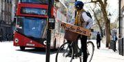 """Cyklist i London har en skylt med budskapet """"Be för Boris"""". Alberto Pezzali / TT NYHETSBYRÅN"""
