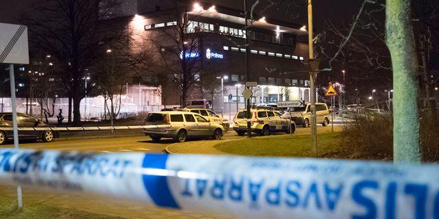 Avspärrningar runt polisstationen. Ett föremål exploderade på gården vid polisstationen i Rosengård i Malmö igår. Johan Nilsson/TT / TT NYHETSBYRÅN