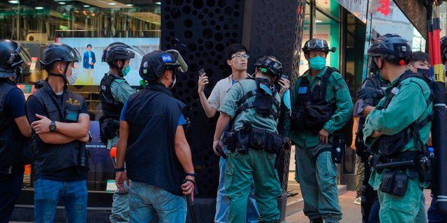 En demonstrant förs bort av polisen vid söndagens demonstration. Vincent Yu / TT NYHETSBYRÅN