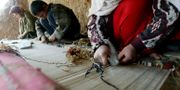 Arkivbild på barn som tillverkar mattor. Lise Åserud/TT / SCANPIX NORWAY