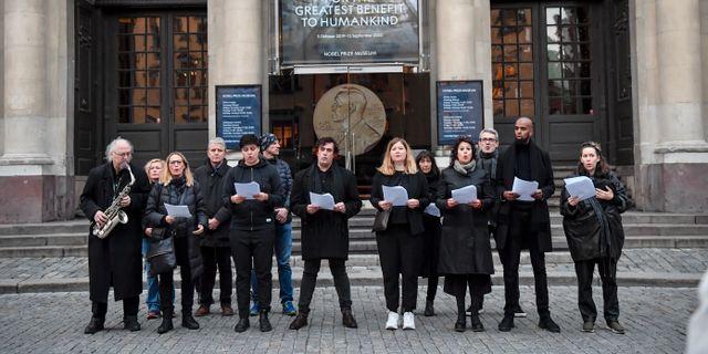 Demonstration utanför börshuset i solidaritet med Srebrenicas mödrar mot Svenska Akademiens beslut att tilldela Peter Handke Nobelpriset. Oktober.  Jonas Ekströmer/TT / TT NYHETSBYRÅN