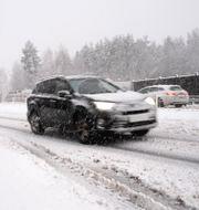 Bil på väg i snöfall/Illustrationsbild. Erik Abel / T / TT NYHETSBYRÅN