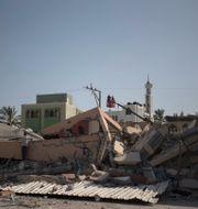 Raserat hus i närheten av lägret där Ibrahim al-Talaa bor. Khalil Hamra / TT NYHETSBYRÅN