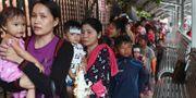 Kvinnor och barn i kö för att få sjukvård i Kambodja, i juli 2019.  Heng Sinith / TT NYHETSBYRÅN/ NTB Scanpix