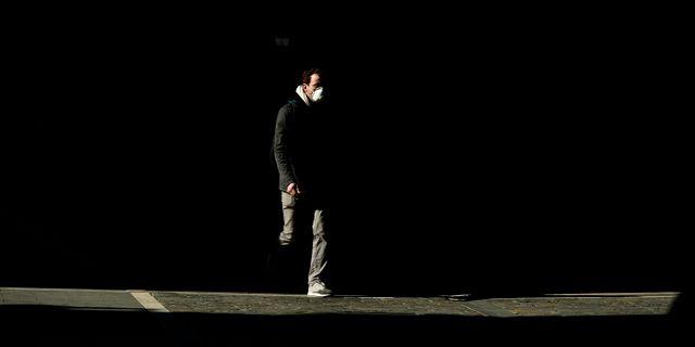 Man med munskydd i Spanien. Alvaro Barrientos / TT NYHETSBYRÅN