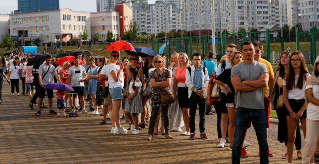 Människor köar för att rösta i Minsk.  Sergei Grits / TT NYHETSBYRÅN