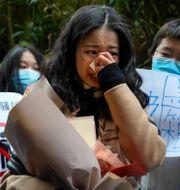 Zhou Xiaoxuan utanför rättssalen där många samlats för att visa sitt stöd.  Andy Wong / TT NYHETSBYRÅN