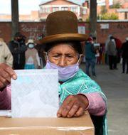 En kvinna lämnar sin valsedel i Bolivias huvudstad La Paz.  Martin Mejia / TT NYHETSBYRÅN