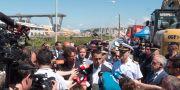 Italiens vice premiärminister Luigi Di Maio och transport- och infrastrukturminister Danilo Toninelli vid bron. Paolo Santalucia / TT / NTB Scanpix
