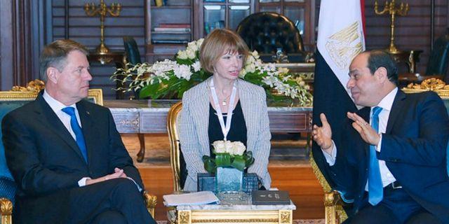 Rumäniens president Klaus Iohannis (t.v.) träffar Egyptens president Abdel Fattah al-Sisi (t.h.) inför mötet i Egypten.  HANDOUT / TT NYHETSBYRÅN