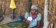 Mamma i Dapchi visar upp bild på sin kidnappade dotter. HANDOUT / TT NYHETSBYRÅN