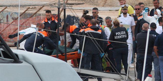 Räddningsarbetare och polis på Lampedu STRINGER / TT NYHETSBYRÅN
