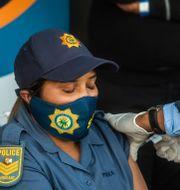 En polis får vaccin i Soweto, Sydafrika. Alet Pretorius / TT NYHETSBYRÅN