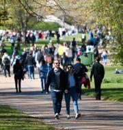 Människor rör sig utomhus när Storbritannien nu har börjat öppna upp. Alberto Pezzali / TT NYHETSBYRÅN