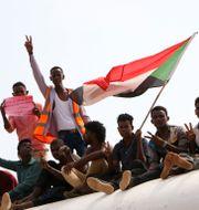 Pro-demokratiska sudaneser firerar det signerade fredsavtalet. Mahmoud Hjaj / TT NYHETSBYRÅN/ NTB Scanpix
