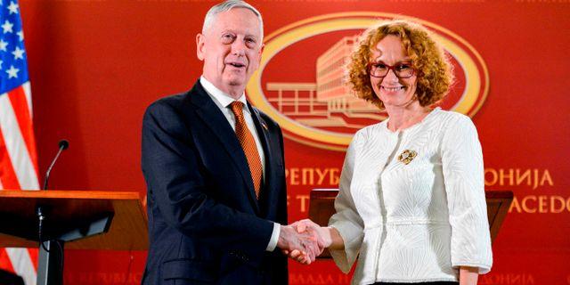 Mattis med Makedoniens försvarsminister Radmila Sekerinska. TOMISLAV GEORGIEV / AFP