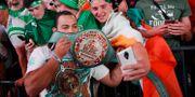 """Fans poserar med WBC:s """"Money Belt"""" vid fredagens invägning inför kvällens match mellan Floyd Mayweather Jr och Conor McGregor.  John Locher / TT / NTB Scanpix"""