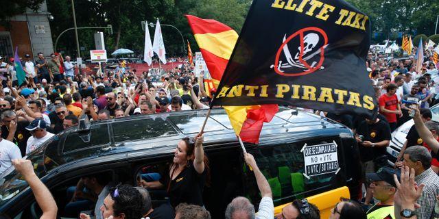 Taxichaufförer demonstrerade på gatorna i Madrid och Barcelona i protest mot bland andra Uber.  PAUL HANNA / TT NYHETSBYRÅN