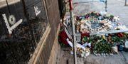 Blommor och ljus utanför det internetcafé på Drottninggatan i Malmö där tre personer sköts till döds. Johan Nilsson/TT / TT NYHETSBYRÅN