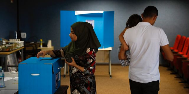 Människor röstar i Israel. Ariel Schalit / TT NYHETSBYRÅN