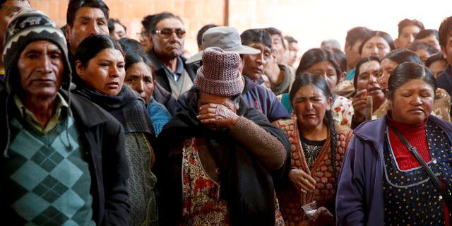 Människor sörjer de som dog i sammandrabbningen i El Alto. Natacha Pisarenko / TT NYHETSBYRÅN
