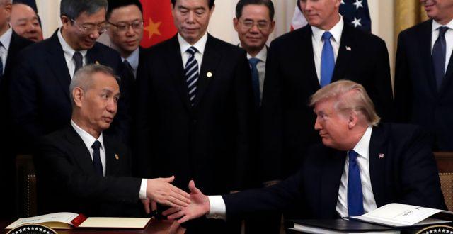 Arkivbild. Liu He och Donald Trump. Evan Vucci / TT NYHETSBYRÅN
