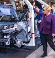 Tysklands förbundskansler Angela Merkel på besök i VW-fabrik i Zwickau där elbilen ID3 tillverkas. Jens Buettner / TT NYHETSBYRÅN
