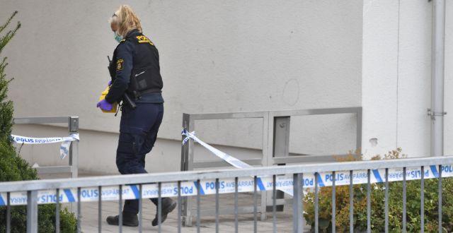 Polisavspärrning i Husby i norra Stockholm den 27 augusti, på platsen där en ung man hittades skottskadad. Mannen avled av skadorna. Naina Helén Jåma/TT / TT NYHETSBYRÅN