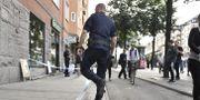 Polis på plats utanför lägenheten där kvinnan hittades död. Karin Wesslén/TT / TT NYHETSBYRÅN