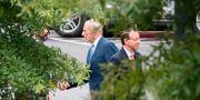 Vita husets stabschef John Kelly och biträdande justitieminister Rod Rosenstein träffades på måndagen, efter uppgifter om att Rosenstein erbjudit sig att avgå.  JIM WATSON / AFP
