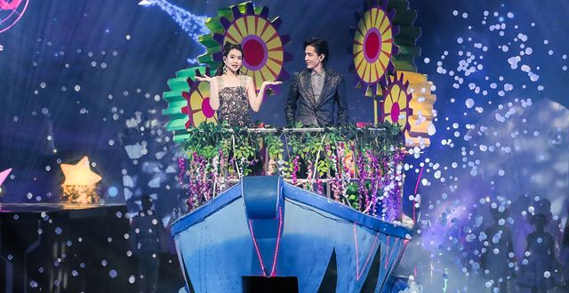 Kinesiska skådespelerskan Qi Wei och koreansk-amerikanska popsångaren Lee Seung-hyun inviger köpfesten Singles day i Shanghai.  STR / AFP