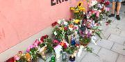 Blommor, ljus och hyllningar vid den plats där Eric Torell blev dödad av polisen. Joel Malmén /TT / TT NYHETSBYRÅN