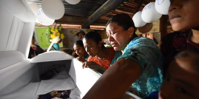 Släktingar gråter över kistan där sjuåriga Jakelin Caal ligger. JOHAN ORDONEZ / AFP