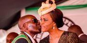 Robert Mugabe och hustrun Grace Mugabe. JEKESAI NJIKIZANA / AFP