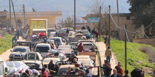 Hundratals flyr från Afrin. Syriska civila i bilar under måndagen.  STRINGER / AFP