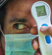 Temperaturmätning av en man i Santiago, Chile. Esteban Felix / TT NYHETSBYRÅN
